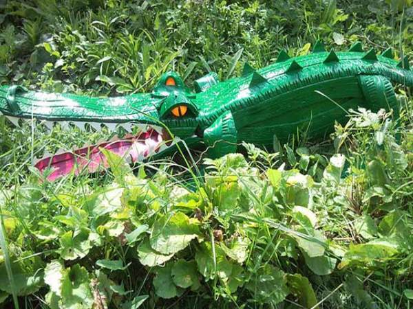 На фото - крокодил из автомобильных покрышек