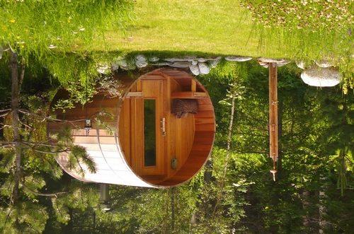На фото - оригинальная конфигурация бани в виде бочки
