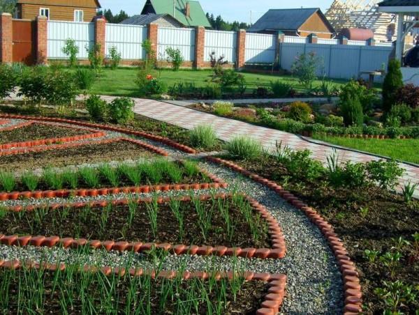 На фото - пример оформления огорода