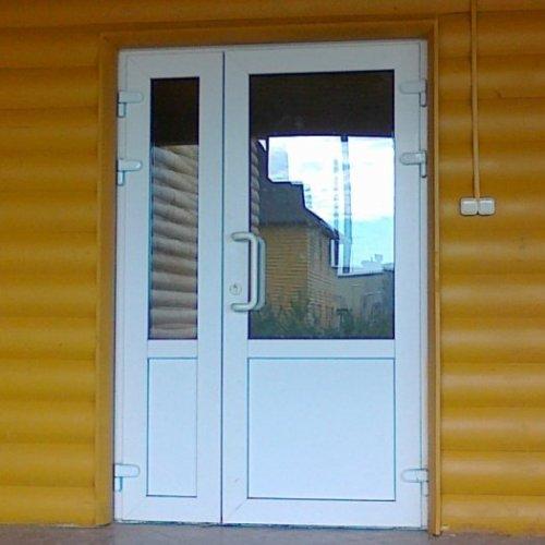 На фото - ПВХ двери для загородного дома