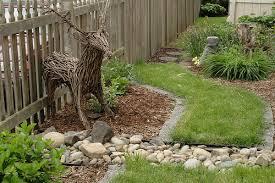 На фото - сад, украшенный фигуркой оленя собственного изготовления