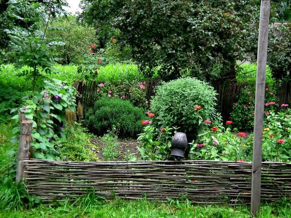 На фото - садовая зона в традиционном русском стиле.