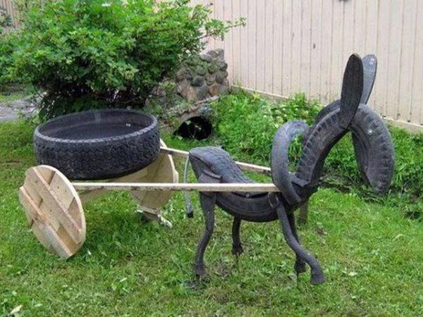 На фото - скульптурная композиция из старых автомобильных покрышек