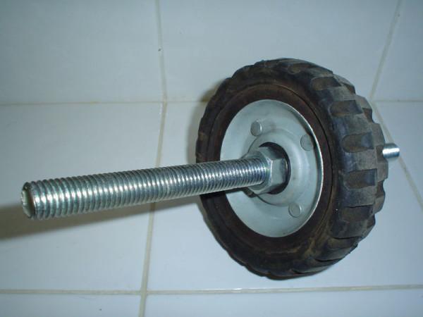 На фото - способ крепления колеса на оси.