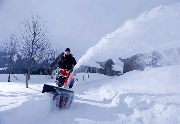На фото – как быстро расчистить дорогу от снега на даче