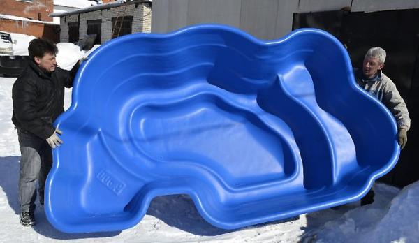 На фото – пластиковая емкость для пруда