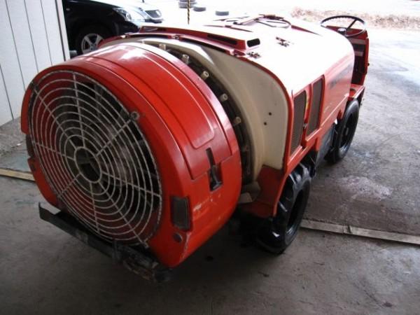 На фото – профессиональный вентиляторный опрыскиватель на колесном шасси
