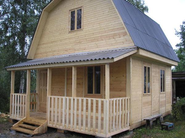 На фото деревянный дачный домик