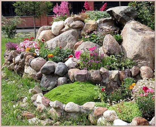 На фото: камни помогут создать самые красочные композиции, которые будут радовать глаз на протяжении многих лет
