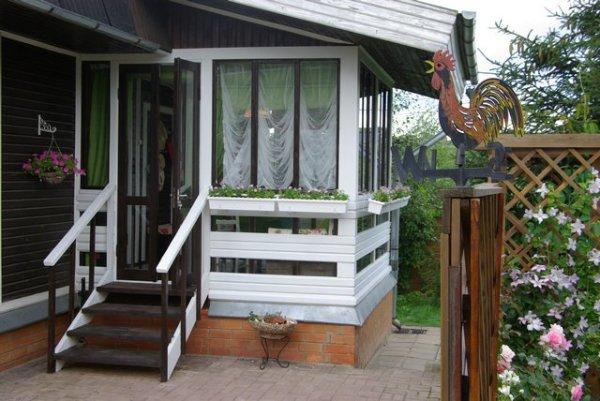 На фото пример построенной самостоятельно закрытой веранды.