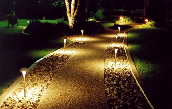 На фото: садовые солнечные светильники позволяют очень быстро и просто преобразить ваш участок