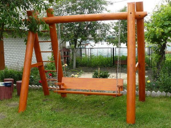 На фото: такая конструкция украсит любой участок и станет любимым местом отдыха для всей семьи