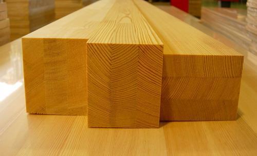 На фото видно, что брус склеен из трех досок, расположенных так, чтобы направление волокон было разным. Это устраняет деформацию изделия при высыхании
