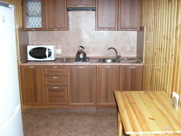 На фото: яркий пример рационального использования пространства, небольшая раковина и двухконфорочная плита позволяют сэкономить очень много места