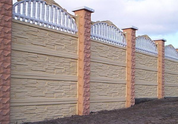 На склоне нижние секции частично заглублены в грунт.