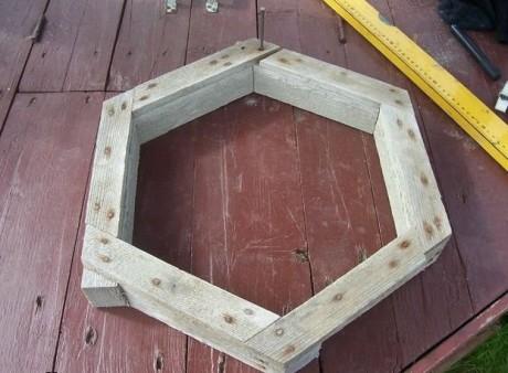 Надежно закрепите деревянные бруски между собой