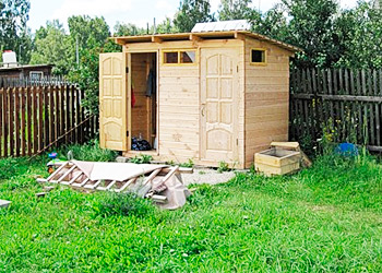 Наиболее оптимальное место для туалета – угол участка, отдаленный от проезжей части