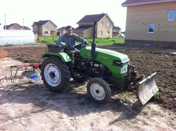 Некоторые садоводы любители подходят к данному вопросу основательно, приобретая небольшие трактора