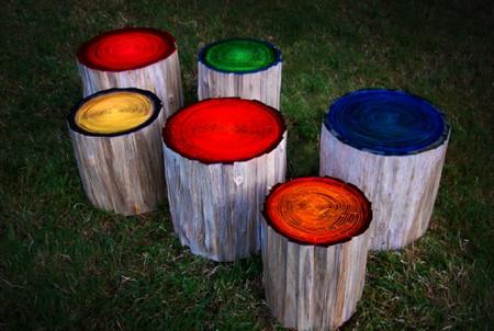 Немного флуоресцентной краски позволит превратить обычные пни в оригинальные светильники