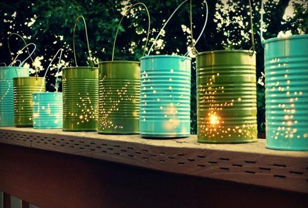 Необычные световые рисунки получаются при использовании жестяных банок и сверла. Такой светильник можно использовать в качестве плафона или подставки под свечи.