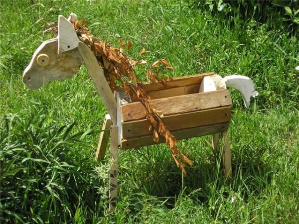 Обрезки досок и фанеры также могут стать отличным материалом для садового украшения