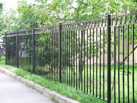 Огражденный участок сада стальным забором