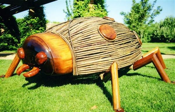 Огромный жук из дерева – оригинальная идея