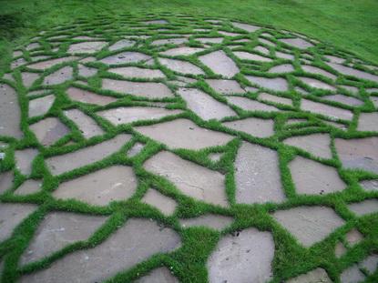 Оригинальная дорожка из природного камня
