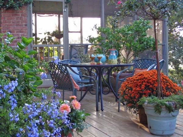 Оригинальный внешний вид террасы с использованием простейших предметов интерьера и цветов