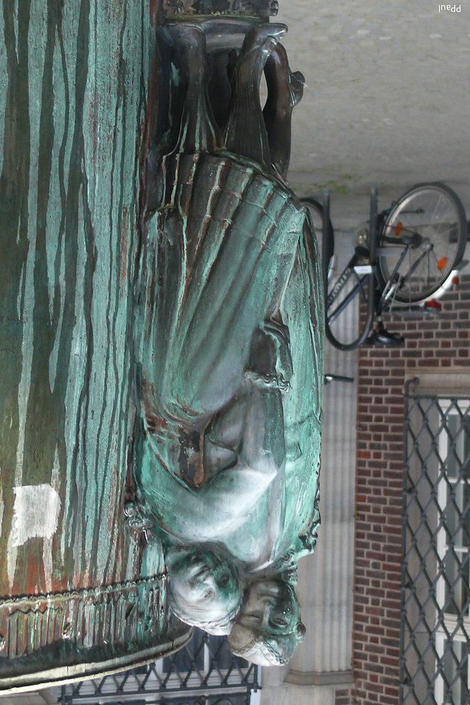 Основание бронзового фонтана.