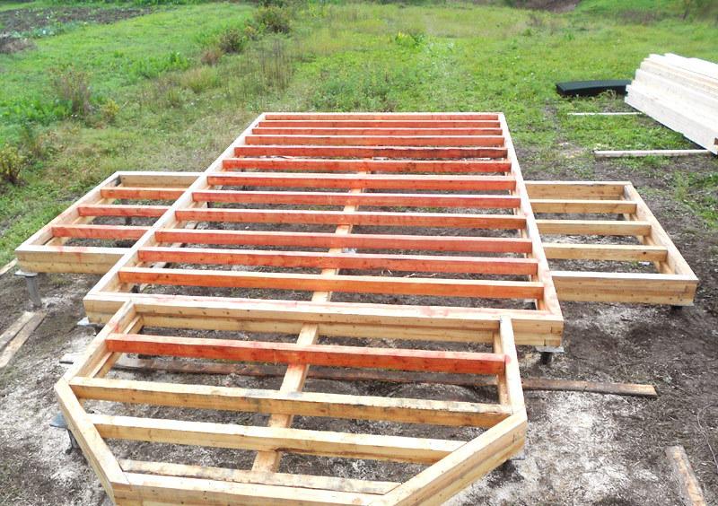 Основание деревянного дома, установленное на легкий свайный фундамент.