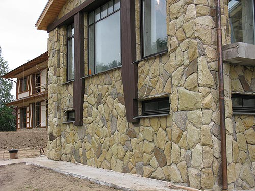 Отделку камнем лучше использовать для солидных домов