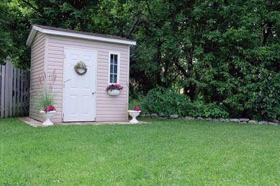 Отстранённо стоящий туалет в саду не привлекает лишнего внимания