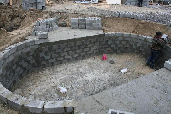 Отвесные стенки пруда создают скучную конструкцию