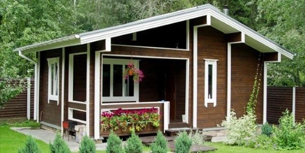 Пластиковые окна могут прекрасно вписаться в стилистику загородного домика