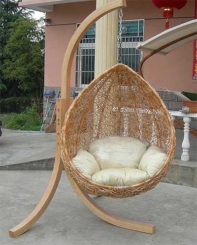 Плетеный кокон на деревянной подвеске.