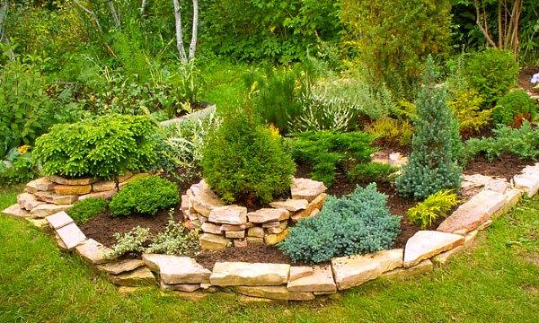 Плоские камни – отличное решение для облагораживания композиций из цветов и кустарников