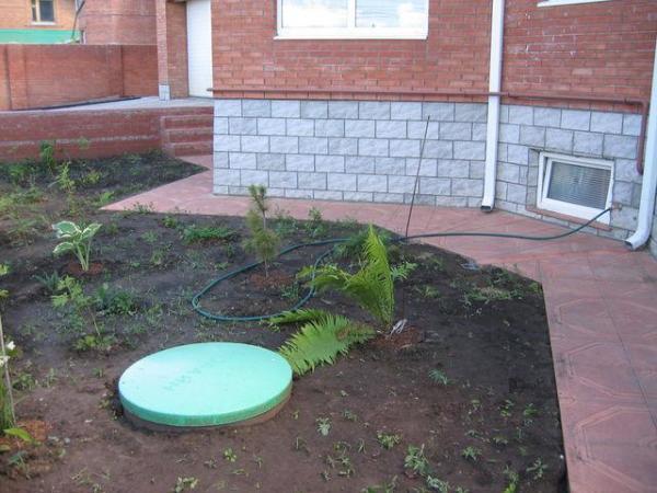 Постарайтесь органично в экстерьер участка все видимые элементы канализации
