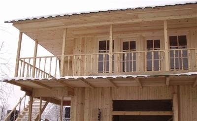 Построить такой балкон на даче своими руками сложно, но вполне реально