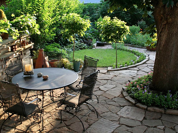 Правильно декорировав садовый участок, вы захотите все свободное время проводить именно в этом райском уголке.