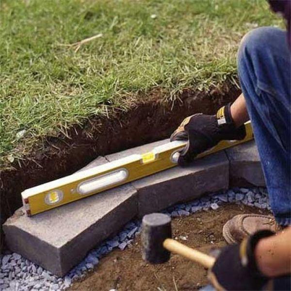 При возведении стен используйте строительный уровень, все-таки вы делаете это для себя