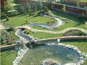 Пример оригинального озерца и ручья на садовом участке