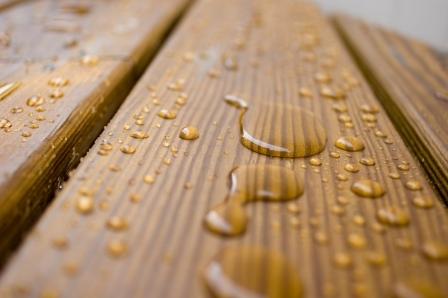 Пропитка позволить придать древесине водостойкость и защитит ее от вредителей