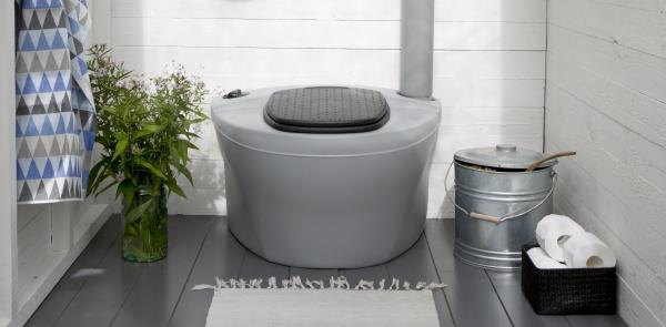 Простейший торфяной туалет. Справа - бак для торфа.
