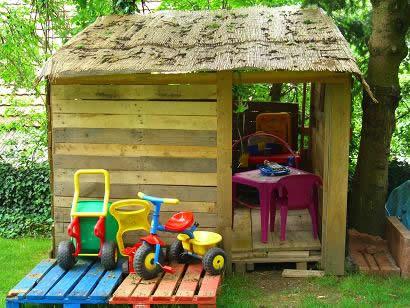 Простой домик для детей на даче в виде шалаша