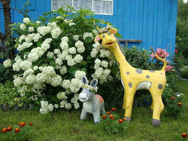 Процесс украшения сада фигурами, созданными своими руками - сплошное удовольствие