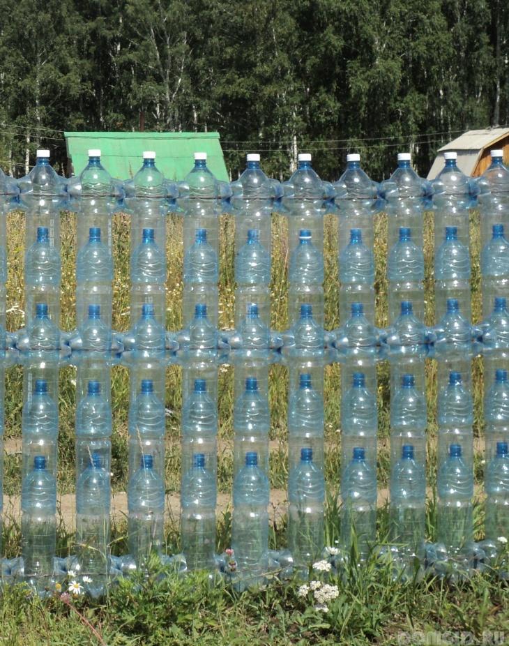 Забор из бутылочных пробок