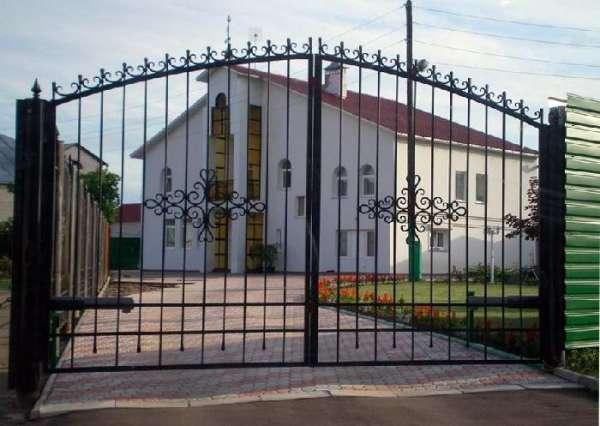 Распашные ворота для дачи могут стать отличным украшением и защитой вашего участка
