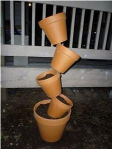 Расположение цветочных горшков на металлической трубе.