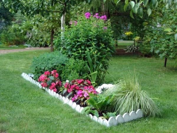 Расположение цветочной клумбы в саду.